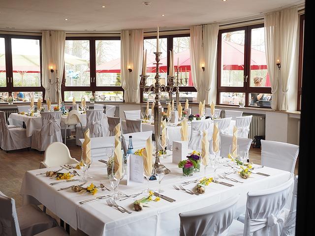 Jak ozdobić salę weselną